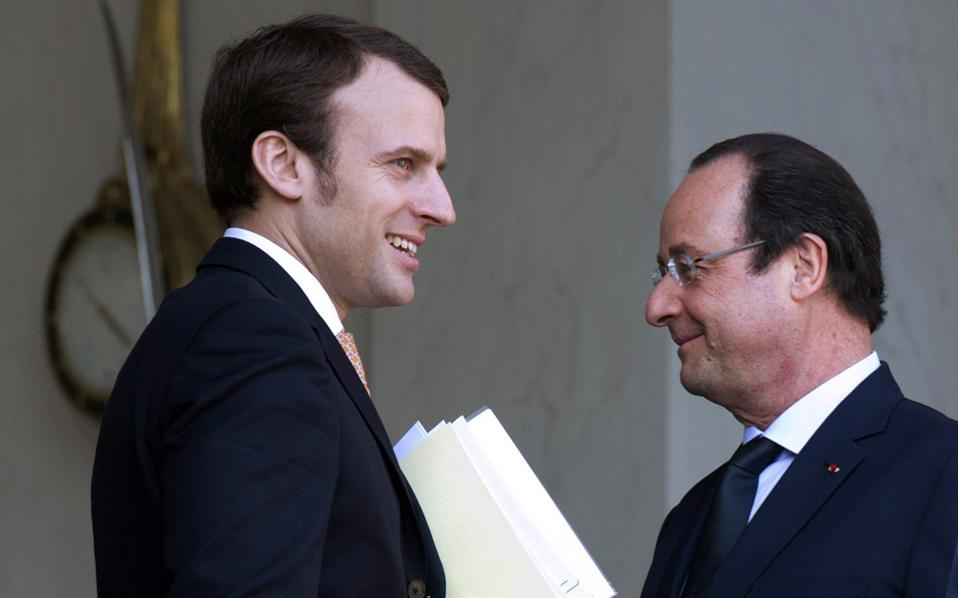 Ο πρόεδρος Φρανσουά Ολάντ (δεξιά), με τον νέο υπουργό Οικονομίας, Εμανουέλ Μακρόν.