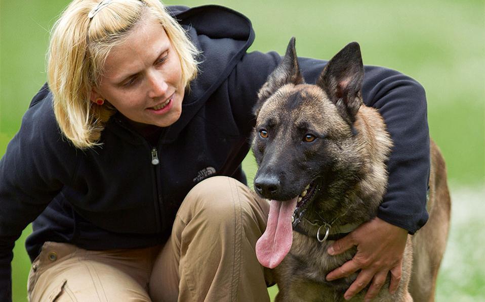 Η περιβαλλοντολόγος Ελα Κρετ με τον  συνεργάτη της.