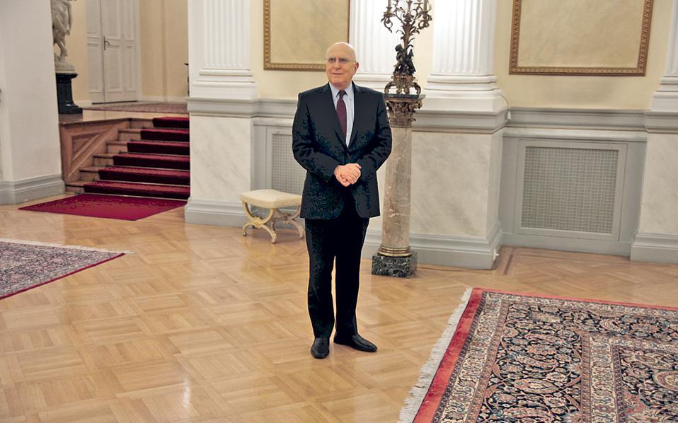 Φωτογραφία αρχείου του Σταύρου Δήμα ως επισκέπτη στο Προεδρικό Μέγαρο. Ακούω ότι κάποιοι θα τον ήθελαν να εγκατασταθεί εκεί ως ένοικος για τα επόμενα πέντε χρόνια. Καλή ιδέα, οπωσδήποτε, αλλά υπενθυμίζω ότι η δουλειά του Προέδρου προϋποθέτει ότι δεν θα φοβάται να βάζει την υπογραφή του...