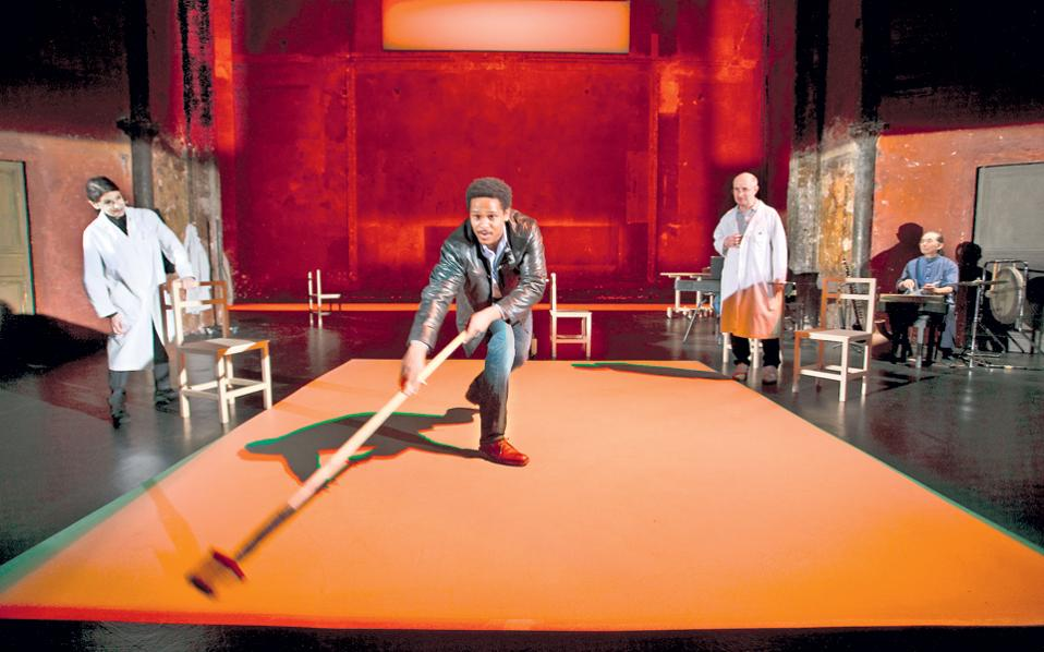 Στο Δημοτικό του Πειραιά παρουσιάζεται η «Κοιλάδα των εκπλήξεων», σε σκηνοθεσία Πίτερ Μπρουκ, με την Κάθριν Χάντερ (Theatre des Bouffes du Nord). Είναι μία από τις παραστάσεις που αναμένονται με ενδιαφέρον.