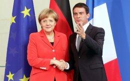 Η Γερμανίδα καγκελάριος Αγκελα Μέρκελ με τον Γάλλο πρωθυπουργό Μανουέλ Βαλς, κατά την κοινή συνέντευξη Τύπου που παραχώρησαν μετά τη συνάντησή τους στο Βερολίνο.