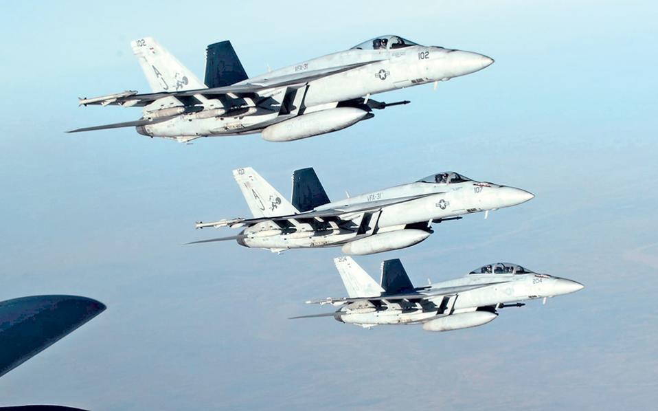 Σχηματισμός μαχητικών - βομβαρδιστικών F-18 Super Hornet του αμερικανικού πολεμικού ναυτικού, λίγο μετά τον εναέριο ανεφοδιασμό τους σε καύσιμα, πάνω από το βόρειο Ιράκ.