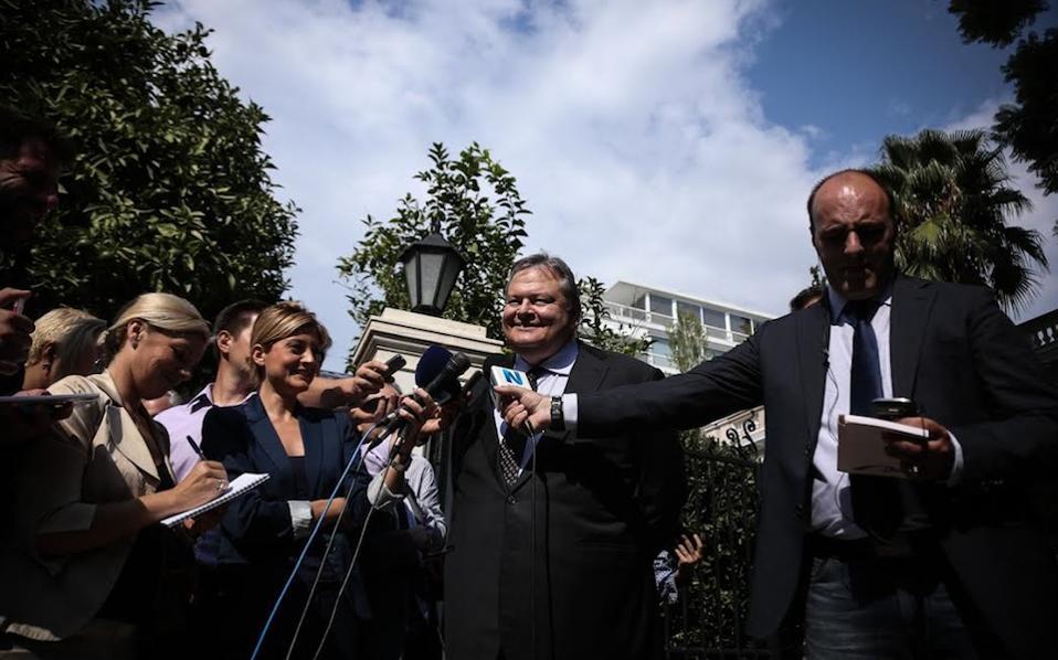 Εξερχόμενος από το Μαξίμου, ο κ. Βενιζέλος σημείωσε ότι η αλλαγή του εκλογικού νόμου περιλαμβάνεται στην προγραμματική συμφωνία των δύο κομμάτων (Nick Paleologos/SOOC).