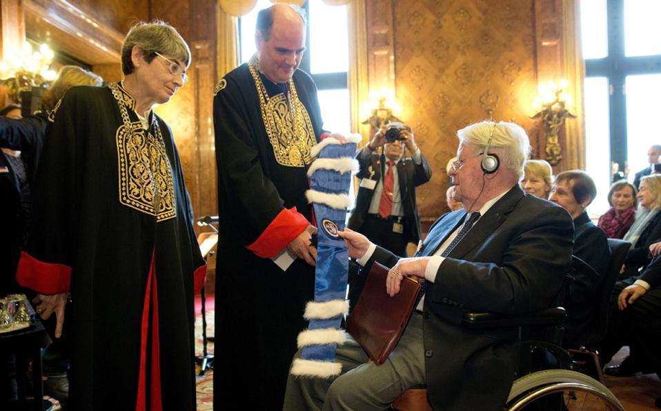 Επίτιμος διδάκτωρ του Πανεπιστημίου Αθηνών αναγορεύθηκε ο πρώην καγκελάριος της Γερμανίας Χέλμουτ Σμιτ, σε ειδική τελετή που έγινε χθες στο δημαρχείο του Αμβούργου, παρουσία του πρύτανη Θεόδωρου Φορτσάκη και της κοσμήτορος της Νομικής Σχολής Διονυσίας Καλλινίκου.