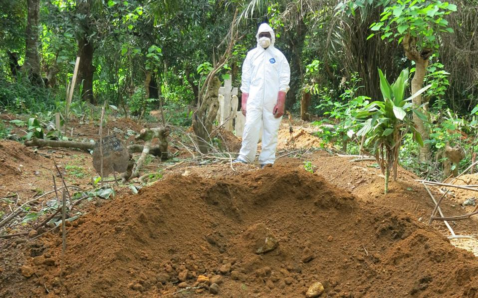 Eνας ακόμα τάφος ανοίχτηκε για τα θύματα του φονικού αιμορραγικού πυρετού Εμπολα στη Σιέρα Λεόνε, όπου η νόσος κάνει θραύση.