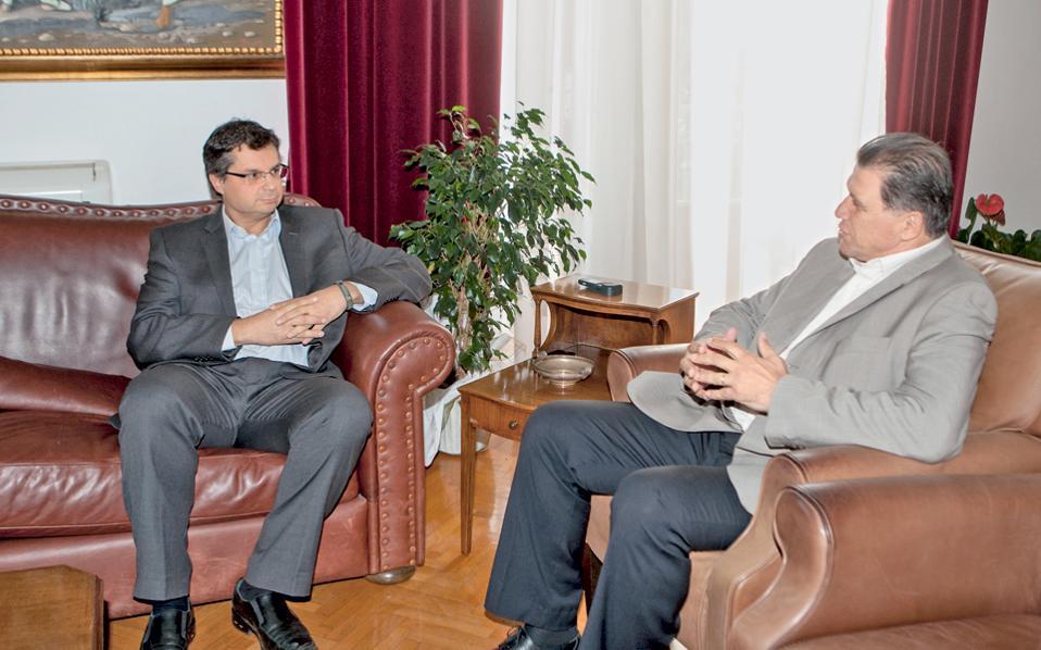 Παρά τις αντιξοότητες (ο καιρός κ.λπ.), ο «Υμάθ» Γεώργιος Ορφανός (δεξιά) συνεχίζει με τον ίδιο άοκνο ρυθμό να συναντά προσωπικότητες της διεθνούς οικονομικής και κοινωνικής ζωής. Χθες, φερ' ειπείν, συνάντησε τον εικονιζόμενο αριστερά βλοσυρό κύριο, ο οποίος τυγχάνει πρόεδρος της ΠΑΕ ΠΑΟΚ...