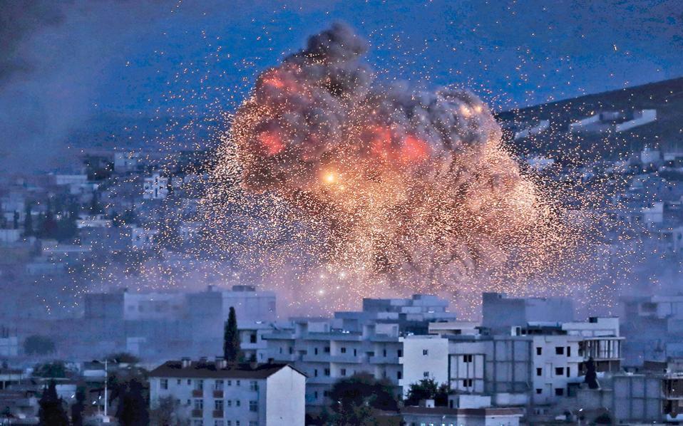 Φλόγες και καπνοί υψώνονται πάνω από το Κομπάνι, ύστερα από ακόμη έναν αεροπορικό βομβαρδισμό των Δυτικών.