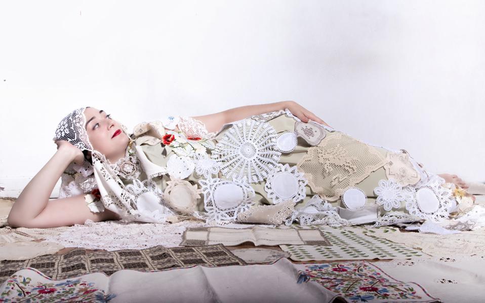 Η Σταματία-Ελένη Ουζουνίδου σε σκηνή της παράστασης στο Δώμα του Θεάτρου του Νέου Κόσμου.