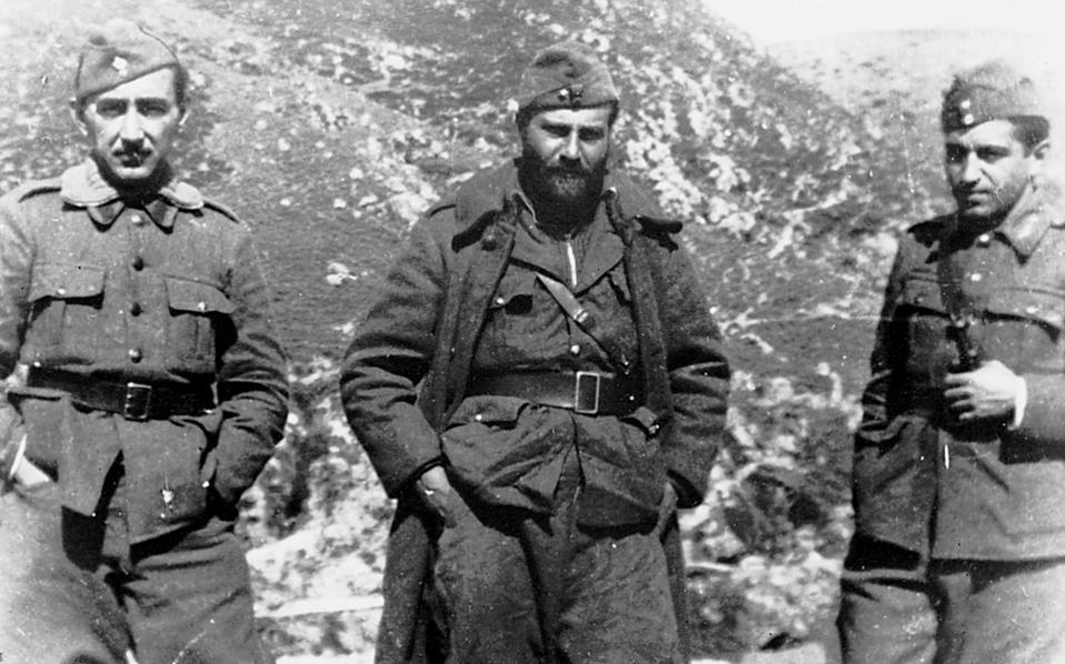 Δέλβινο, Βόρεια Ηπειρος. Αλβανικό Μέτωπο. Πόλεμος '40- '41. Ο Οδυσσέας Ελύτης, στο μέσον, στη διάρκεια μιας επιστροφής από την πρώτη γραμμή του μετώπου.