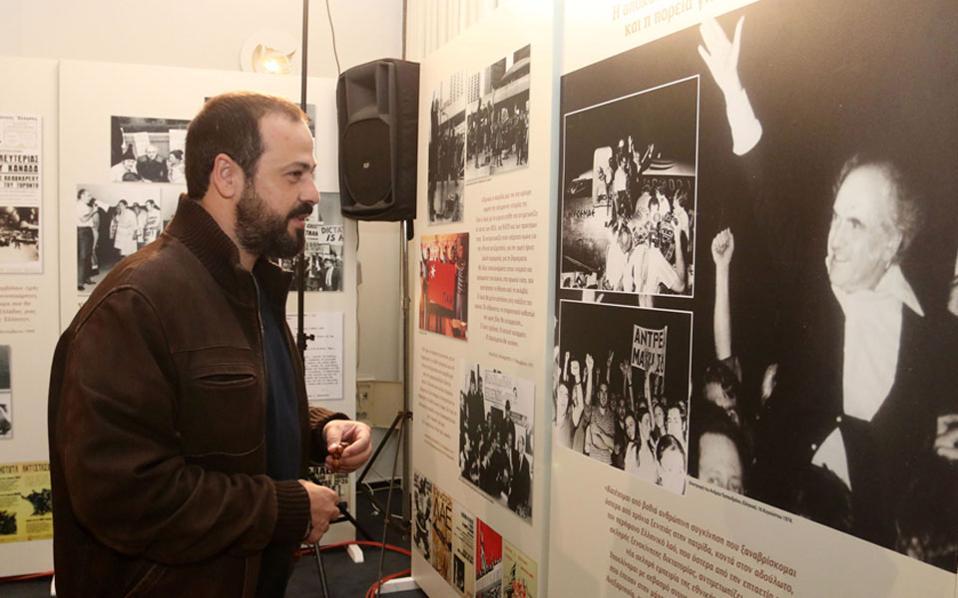 Δεν πρέπει να είναι τυχαίο ότι ο νέος που κοιτάζει τη φωτογραφία του Ανδρέα Παπανδρέου και χαμογελάει στο χέρι του κρατάει μπεγλέρι...