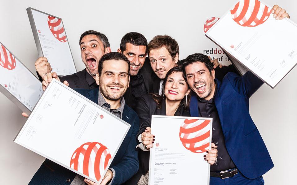 Η ομάδα των ντιζάινερ της Beetroot, με τα βραβεία της στα φετινά Red Dot.