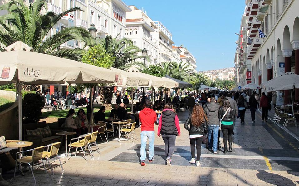 Τα «λεφτά είναι πολλά». Μέρες και νύχτες τζιράρονται δεκάδες εκατομμύρια στην πολυσύχναστη πλατεία Αριστοτέλους και πέριξ αυτής.