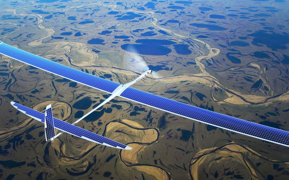 Σύμφωνα με το σχέδιο της Facebook, τα μη επανδρωμένα αεροσκάφη θα παράγουν ενέργεια από την ήλιο, με στόχο να πετούν μήνες. Θα έχουν μεγάλες διαστάσεις, περίπου όσο κι ένα Boeing 747, αλλά θα ζυγίζουν πολύ λιγότερο.