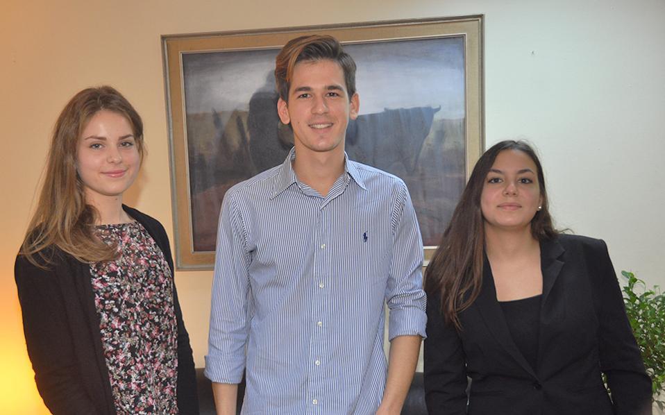 Η Δάφνη, ο Δημήτρης και η Μαρία - Ελένη είχαν την ευκαιρία να ζήσουν για τρεις μήνες εκ των έσω τα όσα κατέγραφαν στα άρθρα τους, πέρυσι τον Δεκέμβριο, σε διαγωνισμό συγγραφής για φοιτητές με θέμα «Η αξιολόγηση κρατικών δομών, θεσμών και προσώπων σε μια σύγχρονη δημοκρατία».