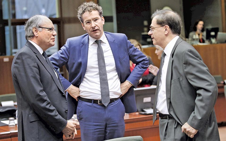 Από αριστερά: ο υπουργός Οικονομικών της Μάλτας Εντουαρντ Σιλούνα, ο επικεφαλής του Eurogroup Γερούν Ντάισελμπλουμ και ο Ελληνας υπουργός Οικονομικών Γκ. Χαρδούβελης συνομιλούν, στο περιθώριο της συνεδρίασης της Πέμπτης, στις Βρυξέλλες.