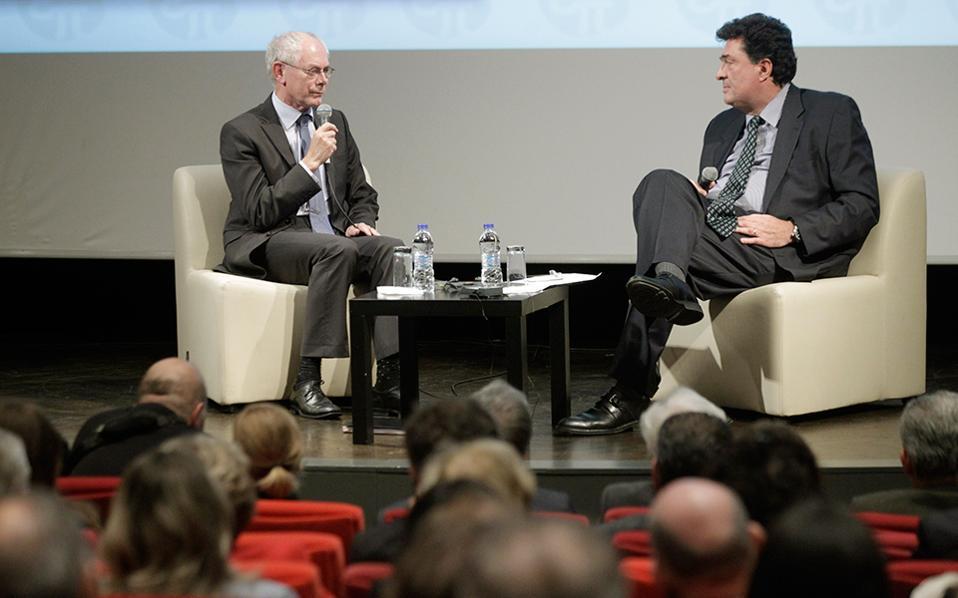 Ο κ. Χέρμαν βαν Ρομπέι υπογράμμισε την ανάγκη να τονωθεί η ανάπτυξη και να αντιμετωπιστεί η ανεργία. Στιγμιότυπο από τη χθεσινή παρουσίαση του βιβλίου του, με τον διευθυντή της «Κ» κ. Αλέξη Παπαχελά.
