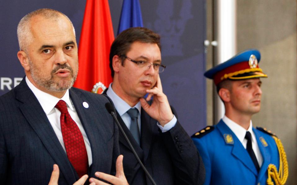 Ούτε τα προσχήματα δεν κρατήθηκαν στη χθεσινή κοινή συνέντευξη Τύπου του Αλβανού πρωθυπουργού Εντι Ράμα (αριστερά) και του Σέρβου ομολόγου του Αλεξάνταρ Βούτσιτς στο Βελιγράδι. «Δεν επιτρέπω σε κανένα να μας ταπεινώνει μέσα στο Βελιγράδι», είπε ο Βούτσιτς όταν ο Ράμα μίλησε για «ανεξάρτητο Κόσοβο».