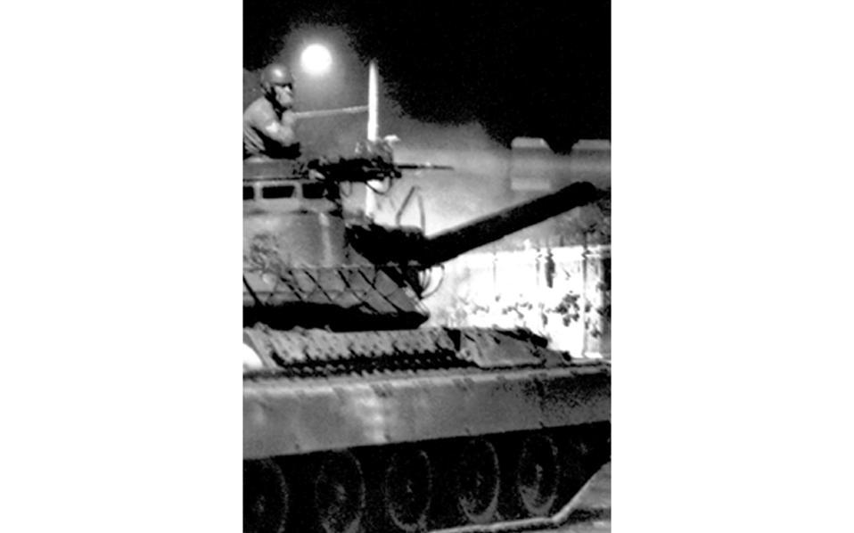 «Είχε φεγγάρι εκείνο το βράδυ της 17ης Νοεμβρίου 1973», θυμάται ο Α. Σαρρηκώστας, το δείχνει η φωτογραφία που έκανε τον γύρο του κόσμου.