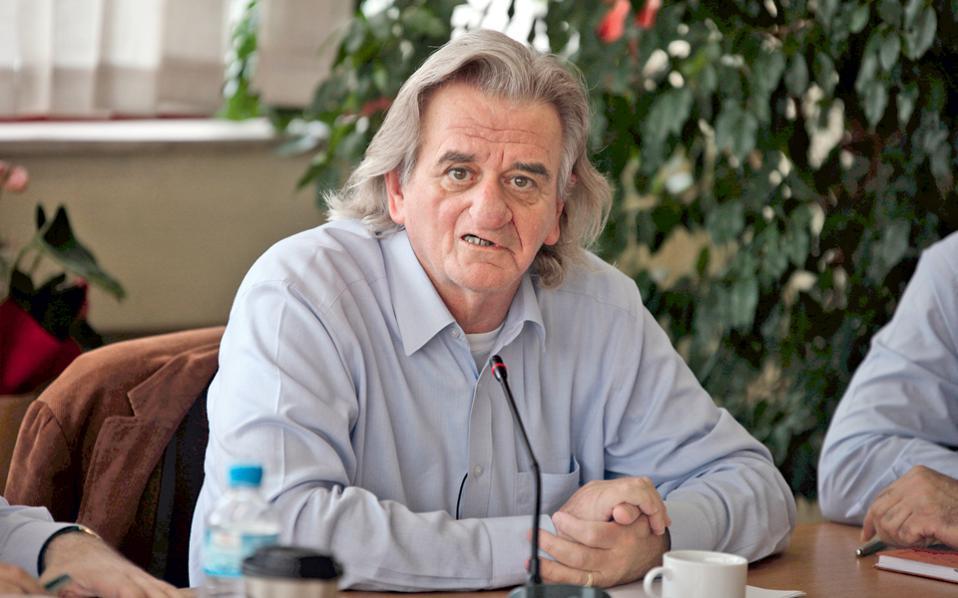 Grand Guignol. Στιγμιότυπο από τη συνέντευξη Τύπου των αντιμνημονιακών δημάρχων που αρνούνται την αξιολόγηση. Στη φωτογραφία, ο δήμαρχος Νέας Ιωνίας Ηρακλής Γκότσης.