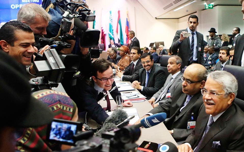 Ο υπουργός Πετρελαίου της Σαουδικής Αραβίας Αλί Αλ Ναϊμί μιλάει στους δημοσιογράφους λίγο πριν από τη σύνοδο του ΟΠΕΚ στη Βιέννη.