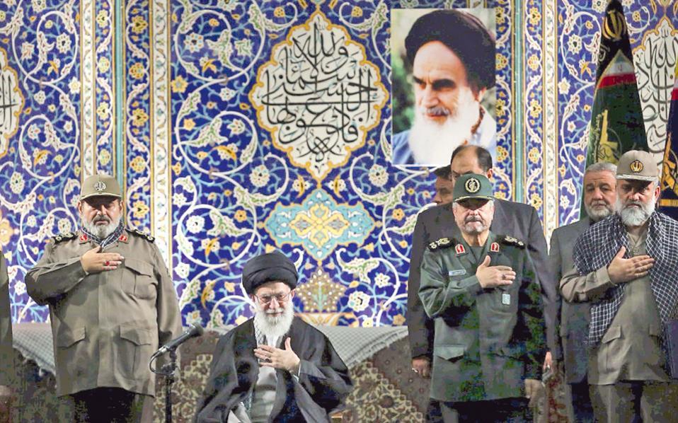 Ο ανώτατος θρησκευτικός ηγέτης Αγιατολάχ Χαμενεΐ μετά το τέλος προηγούμενης ομιλίας του στους ηγέτες των πολιτοφυλάκων «Μπαϊτζί», στην Τεχεράνη.
