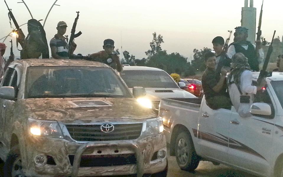 Μαχητές του ISIS στους δρόμους της Μοσούλης. Σύφωνα με τον Πάτρικ Κόκμπερν, η κατάληψη της πόλης το καλοκαίρι οφείλεται στη διαφθορά των αξιωματικών του κυβερνητικού στρατού.