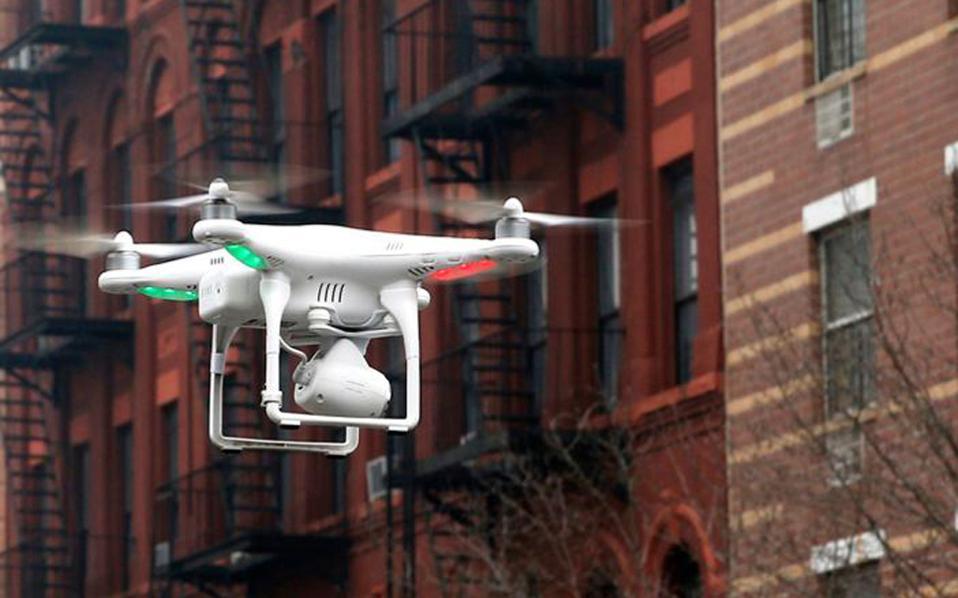 Τον κώδωνα του κινδύνου για τα μη επανδρωμένα αεροσκάφη, όπως αυτό της φωτογραφίας στη Νέα Υόρκη, κρούει η ομοσπονδιακή υπηρεσία αεροπλοΐας FAA, ύστερα από σειρά περιστατικών επικίνδυνων προσεγγίσεών τους με επιβατικά αεροπλάνα.