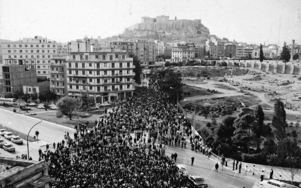 Ενα από τα εκατοντάδες τεκμήρια της έκθεσης: η κηδεία του Σεφέρη στις 22 Σεπτεμβρίου 1971.