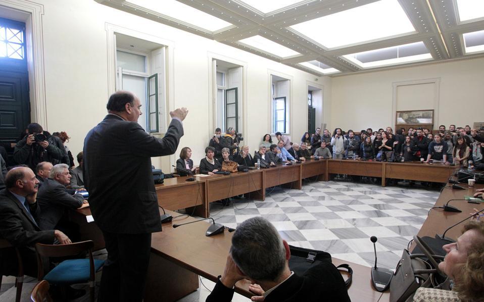 Ο κ. Θ. Φορτσάκης διαμηνύει στους φοιτητές το αυτονόητο. Οτι ο νόμος θα εφαρμοσθεί και ότι οι πρυτανικές αρχές εφεξής θα πορεύονται βάσει των από την Πολιτεία θεσπισθέντων για τη λειτουργία των ΑΕΙ.