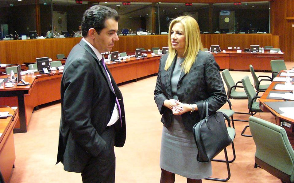Η λεζάντα του πρακτορείου στη φωτογραφία από το Συμβούλιο Υπουργών Αμυνας στις Βρυξέλλες γράφει ότι η Φώφη η Γεννηματά «συνομιλεί με ομόλογό της». Αν πράγματι «συνομιλεί», τότε εγώ σας πάω ό,τι στοίχημα θέλετε ότι ο συνομιλητής της είναι ο Κύπριος υπουργός. Ως γνωστόν, η μόνη γλώσσα που ομιλείται εκτός ελληνικής επικρατείας και την οποίαν γνωρίζει καλά (που λέει ο λόγος, πάντα...) η αναπληρώτρια υπουργός είναι αυτή που ομιλείται στην Κύπρο...