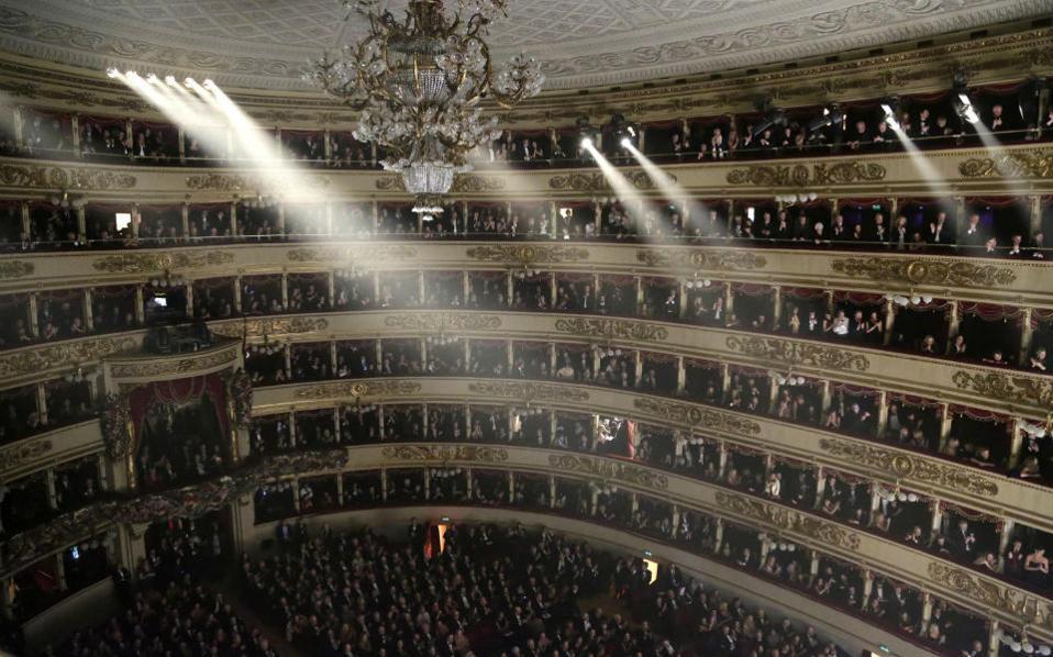 Εναρξη με Fidelio. Με την μοναδική όπερα που έγραψε ο Beethoven άνοιξε την σεζόν της η Σκάλα του Μιλάνου. Όρθιοι οι θεατές στα θεωρεία καταχειροκρότησαν τους συντελεστές και τον  Αργεντίνο μαέστρο, Daniel Baremboim στον τελευταίο του χρόνο συνεργασίας ως διευθυντής ορχήστρας με την  διάσημη όπερα. EPA/BRESCIA AMISANO