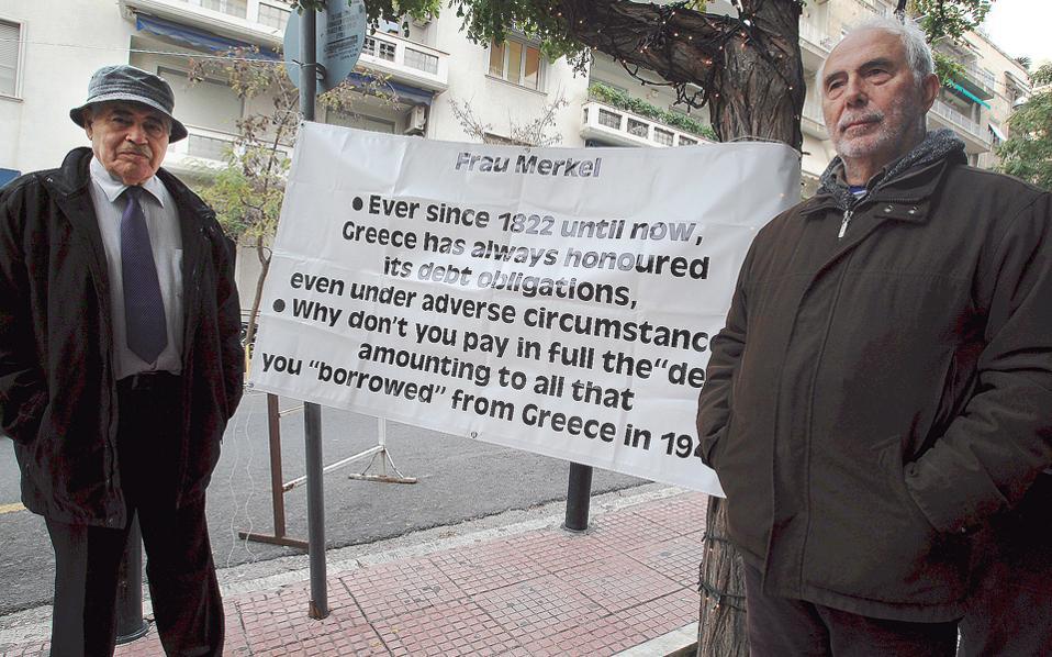 Ο πρώην βουλευτής του ΠΑΣΟΚ Λ. Κωνσταντινίδης (δεξιά) και ο πρώην νομάρχης Δ. Βασιλειάδης ξεκίνησαν «τριήμερη (!) απεργία πείνας» έξω από τη γερμανική πρεσβεία. Μήπως εννοούν «δίαιτα»;