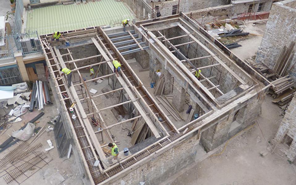 Σε πλήρη εξέλιξη βρίσκονται οι εργασίες για την ανακατασκευή των 18 κτισμάτων που συγκροτούν τη λεγόμενη «Αυλή των Θαυμάτων» στην Πλάκα.