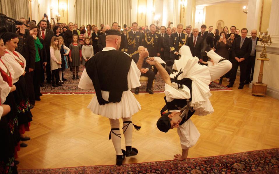 Ιδού τα αποτελέσματα των απειλών! Οχι μόνον χορεύουν οι αγορές, αλλά για να μας ευχαριστήσουν ντύθηκαν και με παραδοσιακές μας στολές.