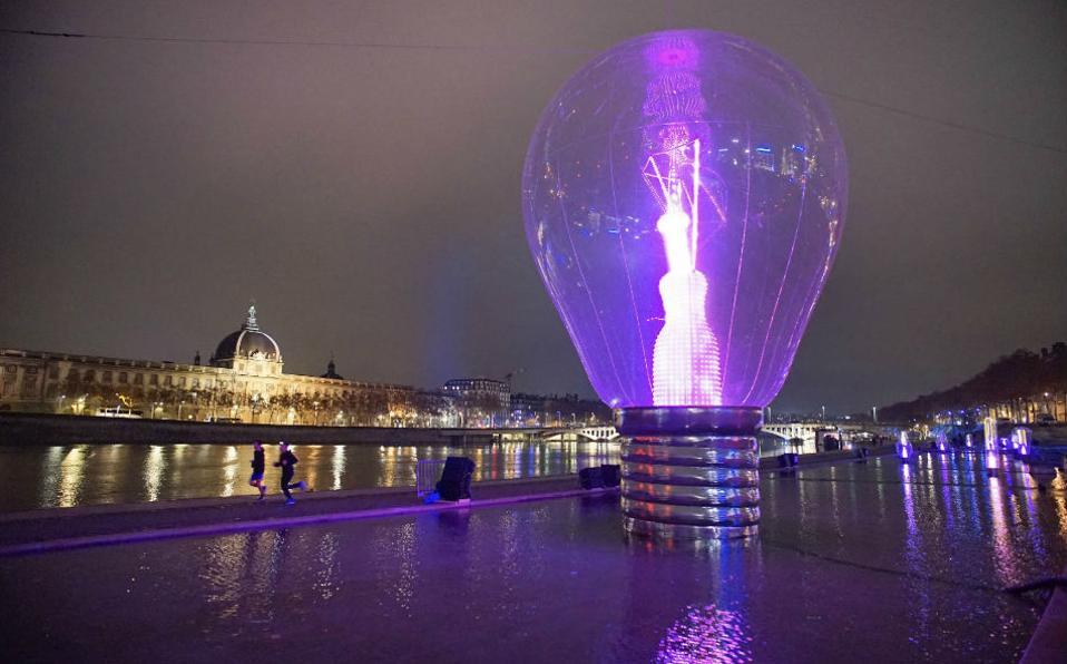 Φωτισμένη Λυών. Μια πρώτη γεύση από τις φωτεινές εγκαταστάσεις διαφόρων καλλιτεχνών πήραν στην γαλλική πόλη, λίγο πριν ξεκινήσει το Festival of Lights για άλλη μια χρονιά. Στην φωτογραφία η τεράστια γυάλινη λάμπα είναι έργο της Severine Fontaine. REUTERS/Robert Pratta