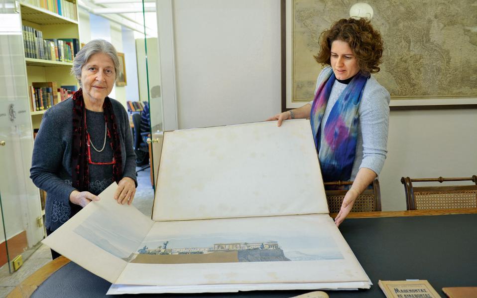 Η ακαδημαϊκός Χρύσα Μαλτέζου και η προϊσταμένη της Βιβλιοθήκης Ειρήνη Τσούρη μάς δείχνουν τα σχέδια του αρχιτέκτονα Φρίντριχ Σίνκελ για το πώς ο Παρθενώνας θα γινόταν παλάτι του Οθωνα.  Η λειτουργία της Βιβλιοθήκης ξεκίνησε το 1926 με δωρεές συλλογών από μεγάλες ελληνικές οικογένειες.