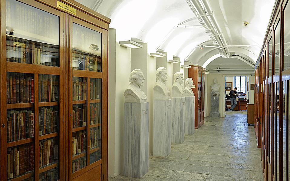 Ο διάδρομος που οδηγεί στα γραφεία των εργαζομένων στη Βιβλιοθήκη.