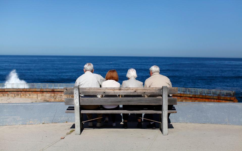 Εικόνα ηλικιωμένων πολιτών μπροστά σε κάποια ακτή. Θα μπορούσε να απεικονίσει το μέλλον της Ευρώπης. Η γήρανση του πληθυσμού θα αλλάξει τις ισορροπίες στο εσωτερικό των ευρωπαϊκών χωρών αλλά και μεταξύ τους, με τη Γερμανία να συρρικνώνεται και τη Βρετανία να αναδεικνύεται στην πολυπληθέστερη ευρωπαϊκή χώρα το 2050. Ειδικοί του ΟΟΣΑ υπογραμμίζουν την αναγκαιότητα της μετανάστευσης ώστε να μετριαστούν οι δημογραφικές προκλήσεις.