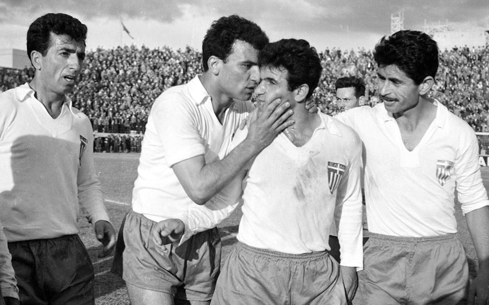 Ο Λινοξυλάκης συγχαίρει τον Δερμάτη σε αγώνα της Εθνικής, ενώ, αριστερά, παρακολουθεί ο Νεστορίδης και δεξιά, ο Ρωσίδης.