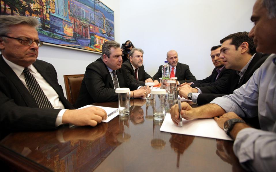 Στιγμιότυπο από τη συνάντηση Τσίπρα - Καμμένου τον Μάρτιο του 2013. Αριστερά, ο Γιώργος Αποστολόπουλος, τον οποίο κατηγορεί ο βουλευτής των Ανεξαρτήτων Ελλήνων Παύλος Χαϊκάλης ότι αποπειράθηκε να τον δωροδοκήσει με το ποσό των 3 εκατομμυρίων ευρώ για να ψηφίσει Πρόεδρο της Δημοκρατίας.