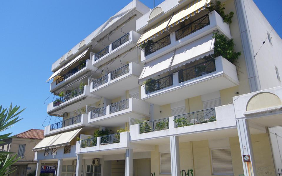 Bάσει του νόμου 4224/2013, η κύρια κατοικία αντικειμενικής αξίας έως 200.000 ευρώ προστατεύεται υπό την προϋπόθεση το ετήσιο δηλωθέν εισόδημα να είναι έως 35.000 ευρώ.