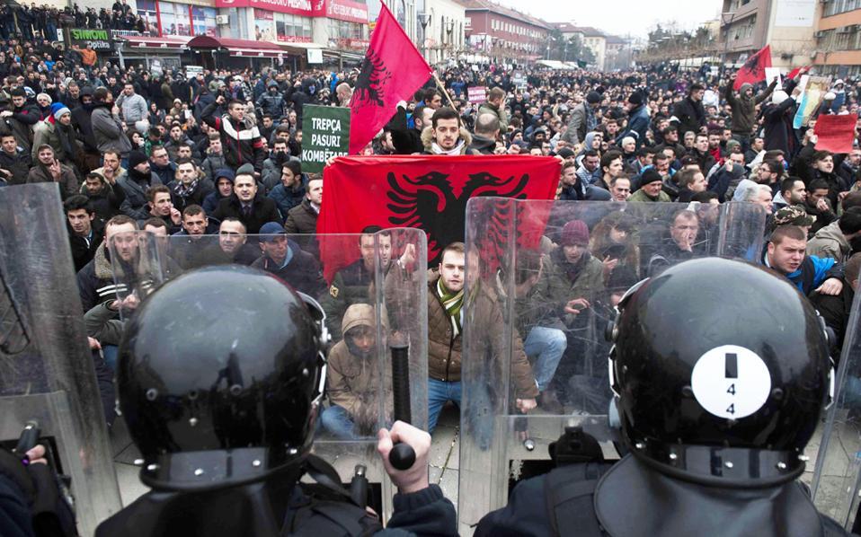 Η χθεσινή διαδήλωση στην Πρίστινα, πριν ξεκινήσουν οι βίαιες συγκρούσεις διαδηλωτών-αστυνομίας, στη διάρκεια των οποίων τραυματίσθηκαν δεκάδες άτομα.