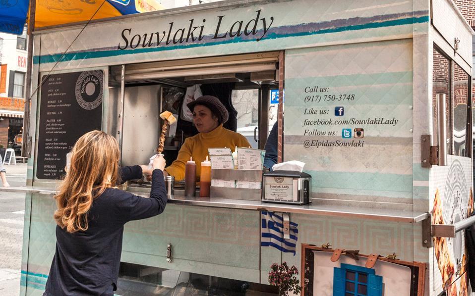 Αγαπημένο street food της γειτονιάς το σουβλάκι με μία φέτα ψωμί. (Φωτογραφία: Διονύσης Κουρής)