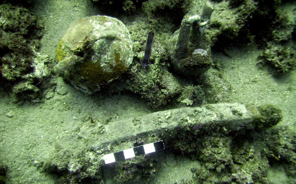 Τμήματα αμφορέων και τύπος άγκυρας από το ακρωτήριο Γλάρος.