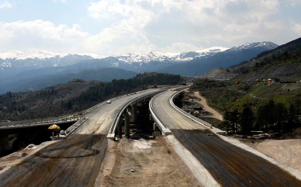 Οι τέσσερις παραχωρησιούχοι των μεγάλων αυτοκινητόδρομων έχουν εξασφαλισμένη χρηματοδότηση (μέσω ΕΣΠΑ) και έχουν εκταμιεύσει σημαντικό κομμάτι αυτής. Επομένως, δεν τίθεται ζήτημα παύσης των έργων, αλλά... ποιος θα κόψει τις κορδέλες.