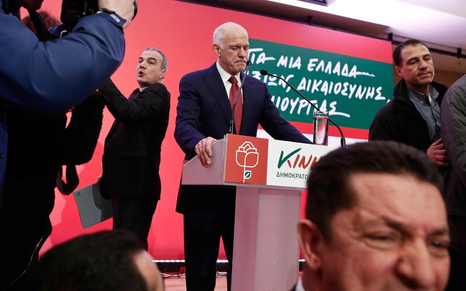 «Ελλάδα αξιών» γράφει το πανό του ΚΙΔΗΣΟ πίσω από τον ηγέτη του· και, ομολογουμένως, η βασικότερη αξία του Γιώργου είναι το χάος μέσα του και το χάος γύρω του. Το τελευταίο μάλιστα το συνέλαβε αριστοτεχνικά ο φωτογραφικός φακός στο σημερινό στιγμιότυπο...