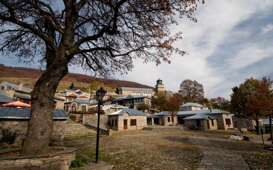 Το αναγεννημένο Νυμφαίο, με τα πέτρινα σπίτια και αρχοντικά, έχει χαρακτηριστεί παραδοσιακός οικισμός. (Φωτογραφία: Κλαίρη Μουσταφέλλου)
