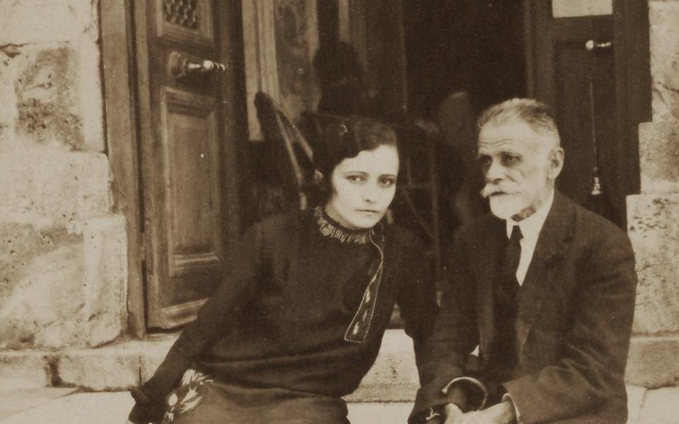 Ο Κωστής Παλαμάς και η Αρτεμις Ρέσσου στα σκαλιά του ξενοδοχείου «Ηράκλειον» στην Αιδηψό (από τη δημοπρασία της 11ης Ιανουαρίου).