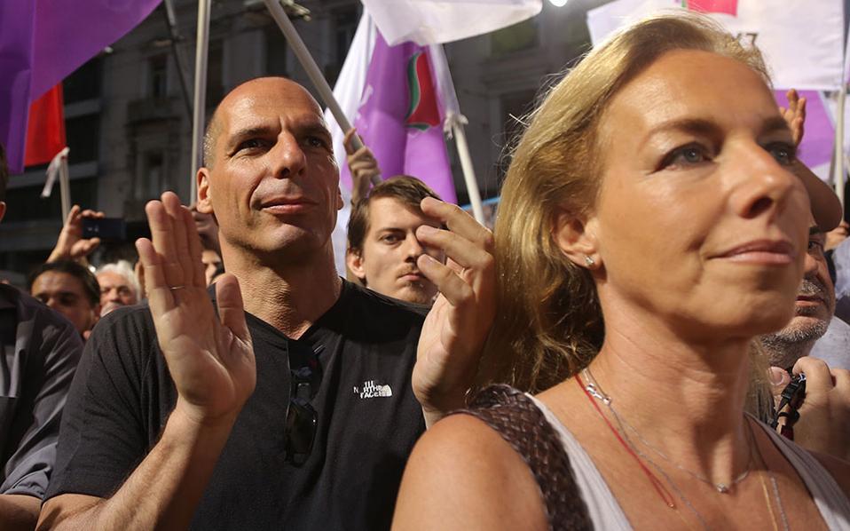 Ο Γιάνης Βαρουφάκης και η σύζυγός του, Δανάη Στράτου, σε συγκέντρωση του ΣΥΡΙΖΑ.
