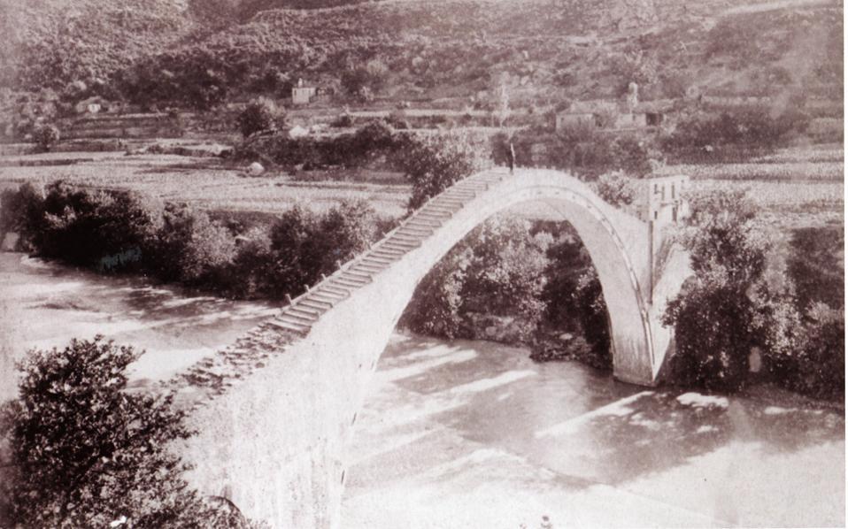 Φωτογραφία του 1901, του γεφυριού της Πλάκας από τη συλλογή του Σουλτάνου Abdul Hamid II (Αρχείο Γεφυριών Ηπειρώτικων / Istanbul University Library / Robert Elsie). Πρόκειται για την παλαιότερη φωτογραφία του γεφυριού, που δημοσιεύεται για πρώτη φορά. Τα υπουργεία Πολιτισμού και Υποδομών αποφάσισαν την ανακατασκευή του.